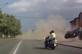 """В Интернете появилось видео-""""боевик"""" с угнанным авто, которое летит и кувыркается в воздухе"""