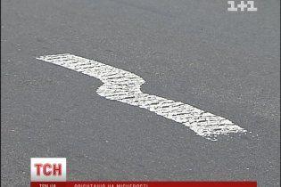"""Дорожники """"украсили"""" киевские дороги волнистой разметкой"""