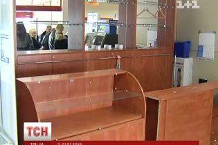 Охоронець супермаркету злякався викликати міліцію, коли в нього на очах грабували ювелірку
