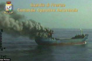 Наркоторговці, побачивши поліцейських, підпалили судно з 30 тоннами гашишу