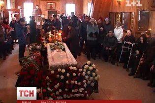 Золотухіна поховали на Алтаї під оплески тисячі людей
