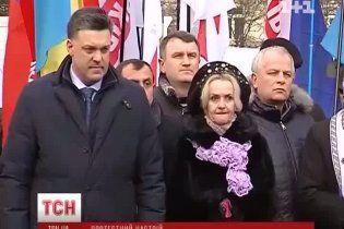 У засніженому Львові Тягнибок виправдовувався через Кличка, а Яценюку подарували капусту