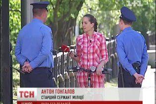 Через заборону проїзду на велосипедах біля ВР, міліція виганяє велосипедистів під колеса авто