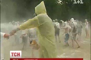 У столиці 150 чоловік улаштували видовищні бої борошном