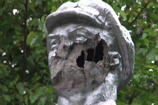 На Чернігівщині снайпери відстрелили Леніну носа