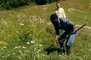 """Нігерійського легіонера """"Карпат"""" змусили косити траву на полі"""