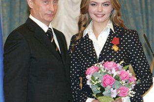 В администрации президента России назвали слухами венчание Путина и Кабаевой
