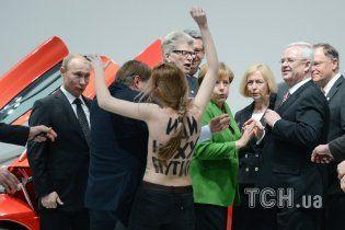 FEMEN за нападение с голыми грудьми на Путина и Меркель рискуют сесть в тюрьму на пять лет