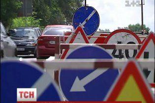 Дорожники розрили Варшавську трасу і раптово десь зникли, залишивши ями і дорожні знаки