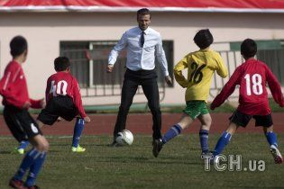 Бекхэм в деловом костюме провел футбольный ликбез для китайцев (видео)