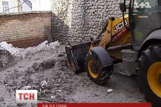 У центрі Києва зсунулася Замкова гора, поламавши дерева і заваливши багнюкою авто