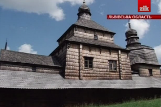 Найдавніший храм Львівщини розсипається на очах: на підлозі грибок, а дірки затуляють картоном
