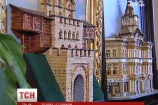 Украинец выложил спичками крупнейшую в мире коллекцию картин