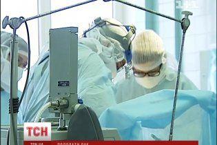 Киевские онкохирурги провели уникальную операцию по протезированию костей