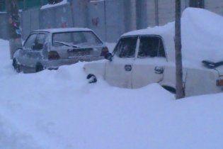 У Азарова советуют украинцам самим откапываться из снега