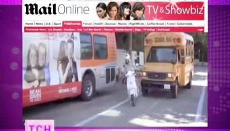 Гвинет Пэлтроу с девятилетней дочкой едва не попала под колеса школьного автобуса