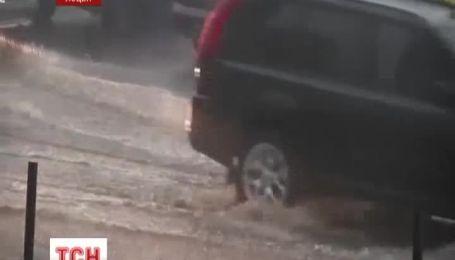 Сильна злива з градом паралізувала Луцьк