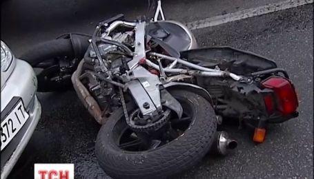 Мотоцикліст ледь не загинув у ДТП на центральному проспекті Києва та втік з місця пригоди