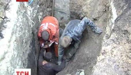 У Сумах чоловіка засипало землею у триметровій ямі