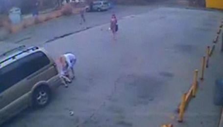 Водій збив жінку з дитиною і намагаючись втекти, протягнув за собою маля