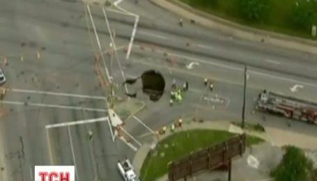 Крізь землю провалилася автівка у місті Толедо в США