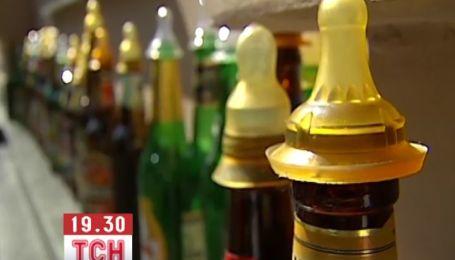 Под ВР активисты принесли депутатам пивные бутылки с сосками