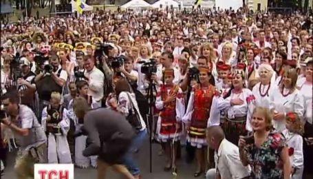 В столице прошел огромный парад в вышиванках