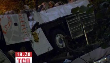 Автобус, который упал в пропасть в Италии, превратился в груду металлолома