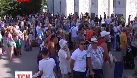 Тисячі пасажирів застрягли на залізничному вокзалі Сімферополя