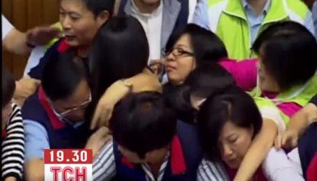 Депутати тайського парламенту влаштували масову бійку