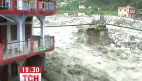 В Индии паводковые воды разрушают на своем пути целые дома