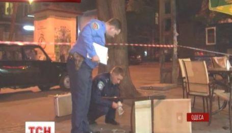 Троє невідомих розстріляли двох відвідувачів кафе у Одесі