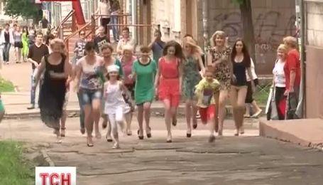 Женщин Чернигова калечат не высокие каблуки, а ямы на тротуарах