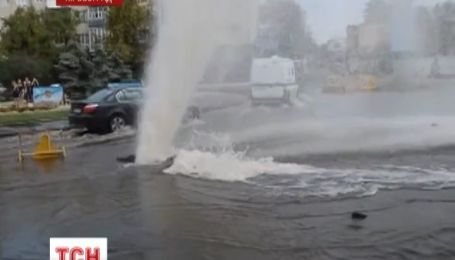 В центре Кировограда из-за прорыва трубы образовался настоящий гейзер