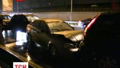 В Киеве на Дарницком мосту одновременно столкнулись 10 машин