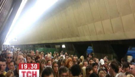Из-за ремонта эскалаторов в столичной подземке на платформе создается давка
