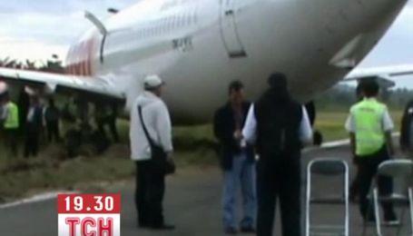 В Індонезія Boeing на злітній смузі врізався в корову