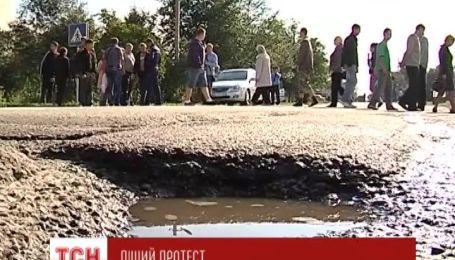 Селяне перекрыли трассу Стрый-Тернополь на Львовщине, требуя ремонта дороги