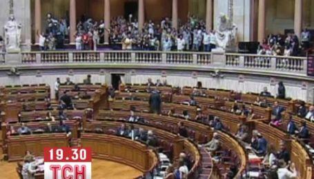 У Португалії група молодих людей влаштувала акцію протесту в парламенті