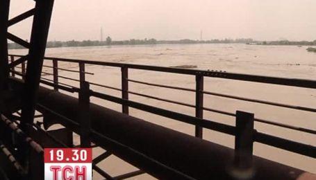 Наводнение в Индии смывает дамбы, села и дороги