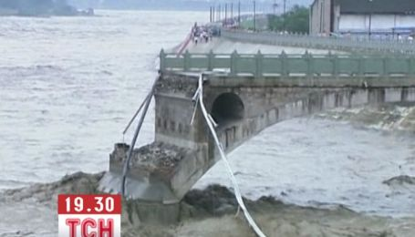У китайській провінції Сичуань через дощі обвалився міст