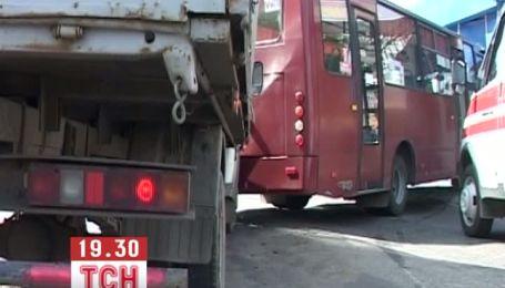 У Сумах автобус врізався в зупинку
