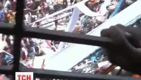 Жадные владельцы фабрики в Бангладеш загнали рабочих в потрескавшееся здание