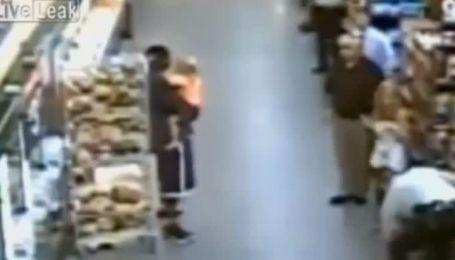 В США чоловік у супермаркеті приставив ножа до горла 2-річної дівчинки