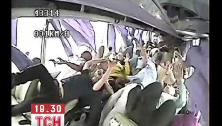 В сеть попали шокирующие кадры аварии китайского автобуса