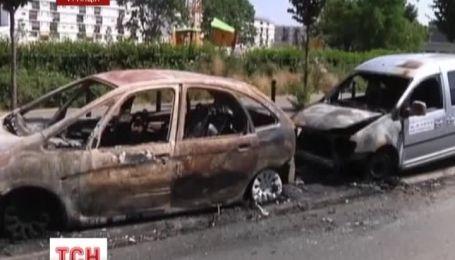 У Парижі 300 молодиків напали на поліцейський відділок