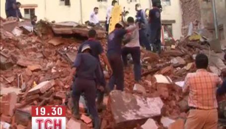 Десятки людей оказались под завалами двух домов, которые обрушились в Индии