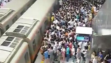 Пекинское метро шокировало огромными очередями пассажиров