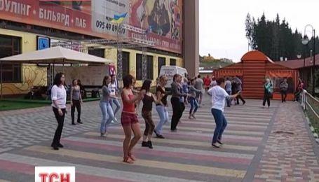 """На Прикарпатті пройшов фестиваль """"гарячих"""" танців"""