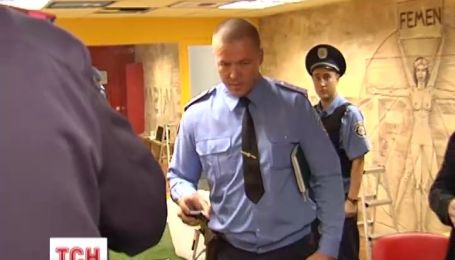 В офісі активісток FEMEN правоохоронці знайшли тайник зі зброєю